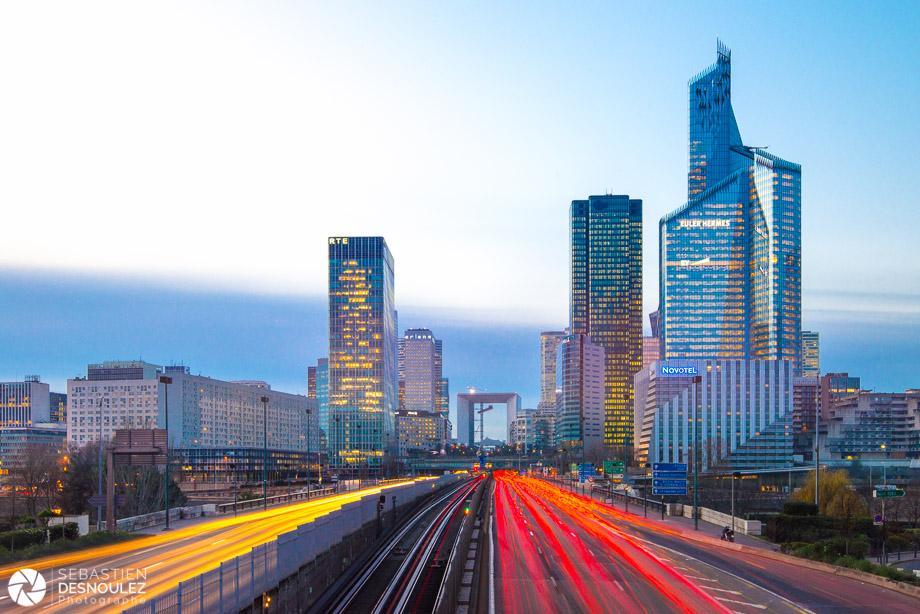 <strong>Photographe d'architecture à Paris<span><br /><small><figcaption>La Défense depuis le Pont de Neuilly - Photo : © Sebastien Desnoulez photographe architecture</figcaption><small><br /><b>voir en plein écran</b></span></strong><i>→</i>