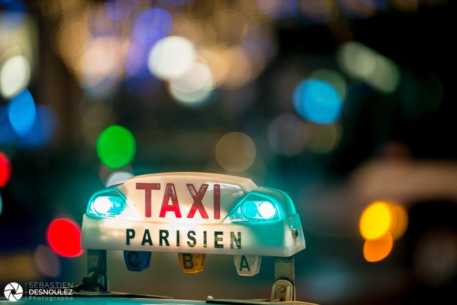 <strong>Ambiances<span><br /><small><figcaption>Taxi parisien sur fond de taches de lumière floues - Photo : © Sebastien Desnoulez Photographe</figcaption><small><br /><b>voir en plein écran</b></span></strong><i>→</i>