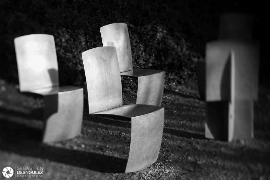 <strong>Ambiances<span><br /><small><figcaption>Chaises en aluminium, Parc de la Villette, Paris - Photo noir et blanc de Sebastien Desnoulez</figcaption><small><br /><b>voir en plein écran</b></span></strong><i>→</i>