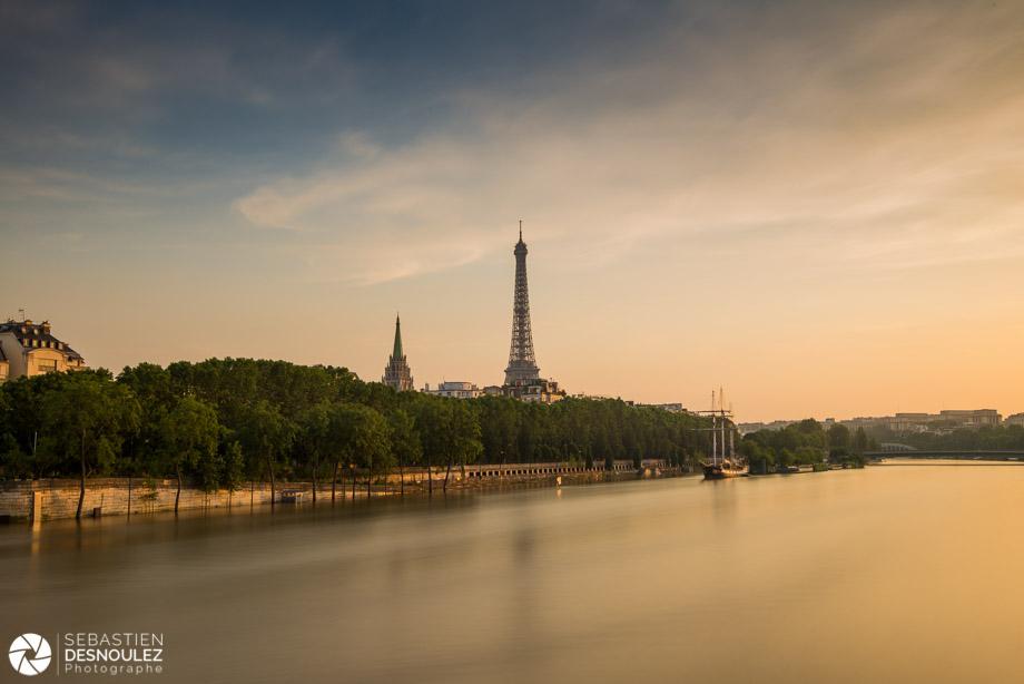 <strong>La Seine à Paris<span><br /><small><figcaption>La tour Eiffel photographiée en fin de journée, depuis le pont des Invalides, lors de la crue de la Seine, en juin 2016 - Photo : © Sebastien Desnoulez</figcaption><small><br /><b>voir en plein écran</b></span></strong><i>&rarr;</i>