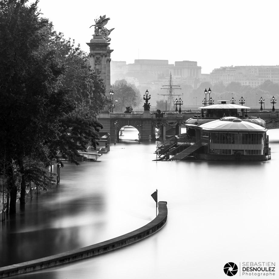 <strong>La Seine à Paris<span><br /><small><figcaption>Les voies sur berges inondées par la Seine à Paris, entre les ponts de la Concorde et Alexandre III, juin 2016 - Photo : © Sebastien Desnoulez</figcaption><small><br /><b>voir en plein écran</b></span></strong><i>&rarr;</i>