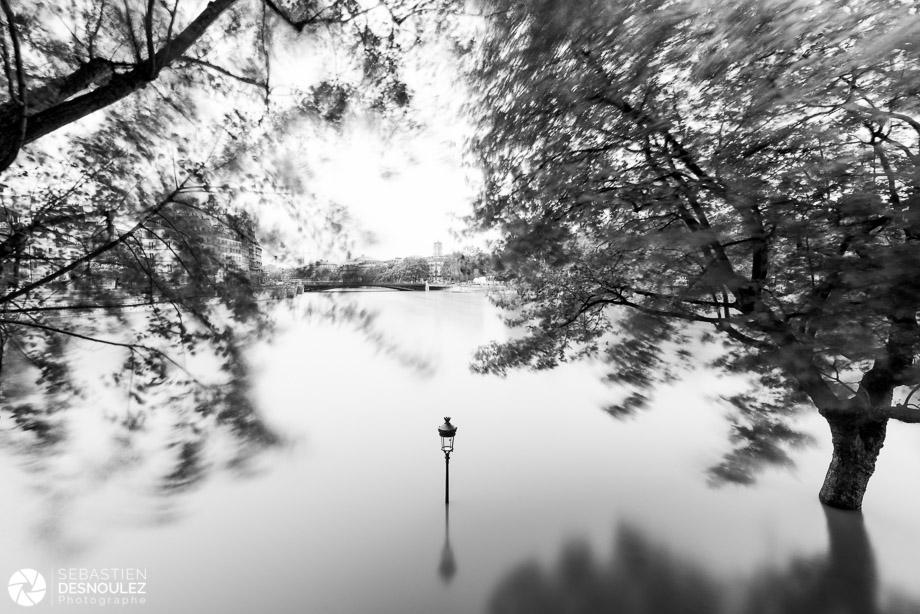<strong>La Seine à Paris<span><br /><small><figcaption>La pointe aval de l ile Saint Louis sous l eau, juin 2016 - Photo : © Sebastien Desnoulez</figcaption><small><br /><b>voir en plein écran</b></span></strong><i>&rarr;</i>
