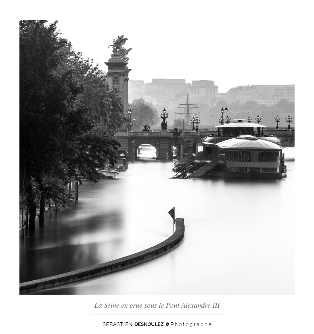 <strong>Galerie Photo Noir et Blanc<span><br /><small><figcaption>Les voies sur berges inondées par la Seine en crue à Paris, entre les ponts de la Concorde et Alexandre III - Photo : © Sebastien Desnoulez</figcaption><small><br /><b>voir en plein écran</b></span></strong><i>→</i>