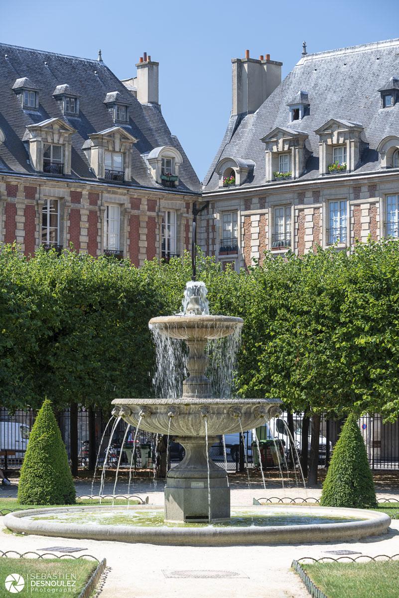 Fontaine de la Place des Vosges au printemps