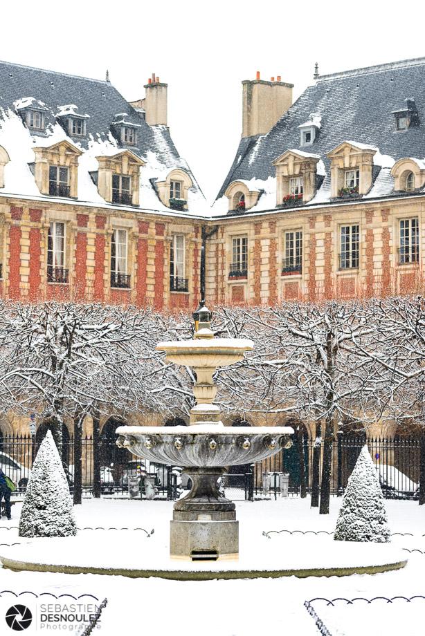 Fontaine de la Place des Vosges sous la neige