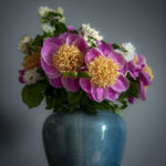 Nature morte d'un magnifique bouquet de pivoines et de seringat - Photo : © Sebastien Desnoulez photographe d'ambiances