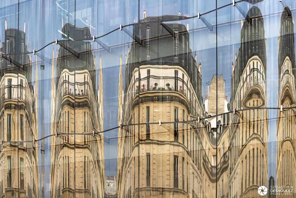 Reflets sur la façade en verre de la Samaritaine à Paris