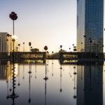 Soleil levant sur le bassin Takis à La Défense - Photo : © Sebastien Desnoulez photographe d'ambiances et d'architecture