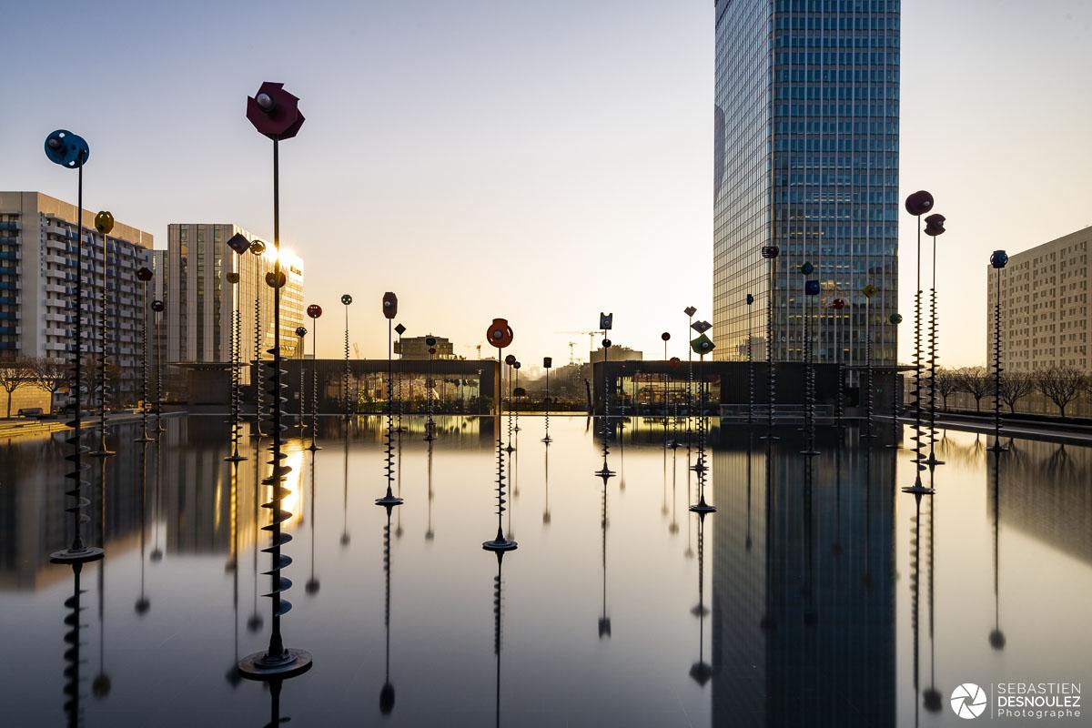 Soleil levant sur le bassin Takis à La Défense