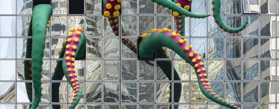 Un poulpe géant envahit un immeuble de La Défense - Photo : © Sebastien Desnoulez photographe d'ambiances et d'architecture