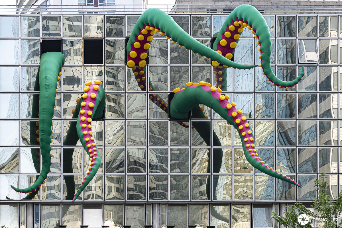 Un poulpe géant envahit un immeuble de La Défense